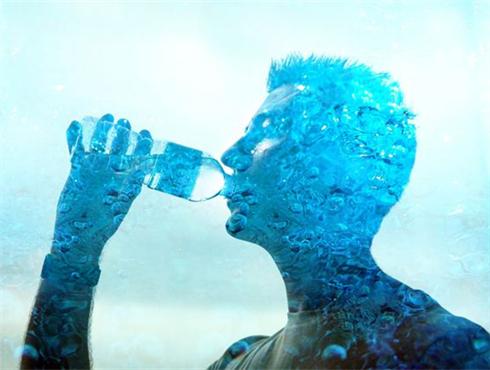 一天8杯水能喝死人?你还真信啊?
