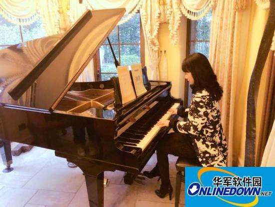李念弹钢琴一身贵妇范儿 音乐节奏跟指尖却对不上