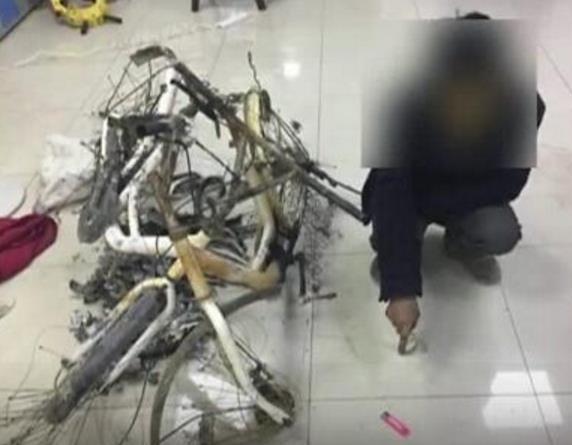 """男子焚烧价值千元共享单车 只为卖\""""废铁\""""赚几十元"""