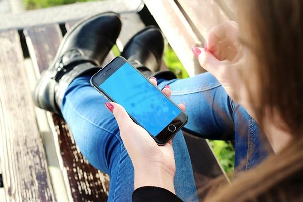 2.6亿年轻人玩手机远超线下 最爱做这两件事