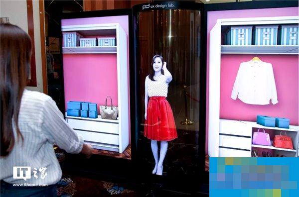 LG发布77英寸4K透明OLED柔性屏:妹子大爱