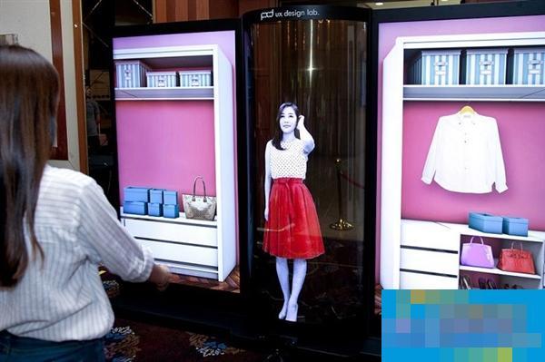 LG发布77英寸4K透明OLED柔性屏:女神们拍手称赞
