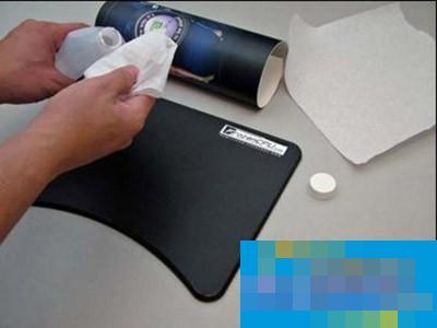 如果是金属质地的鼠标垫就不可以用水来清洗