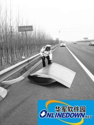 巨型铁板横卧高速    交警快速清理