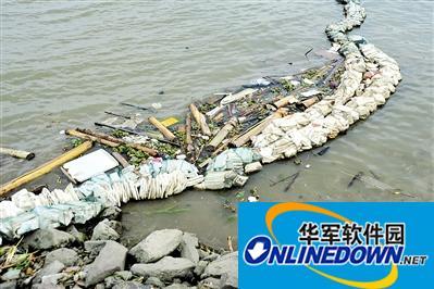 潮水送垃圾 岛民忙清理