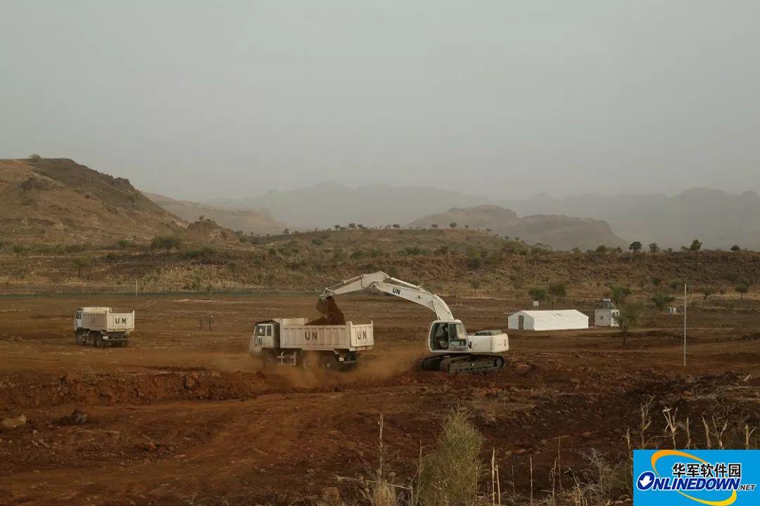 中国第14批赴苏丹达尔富尔维和工兵全副武装施工作业,晚上抱着枪和衣而眠