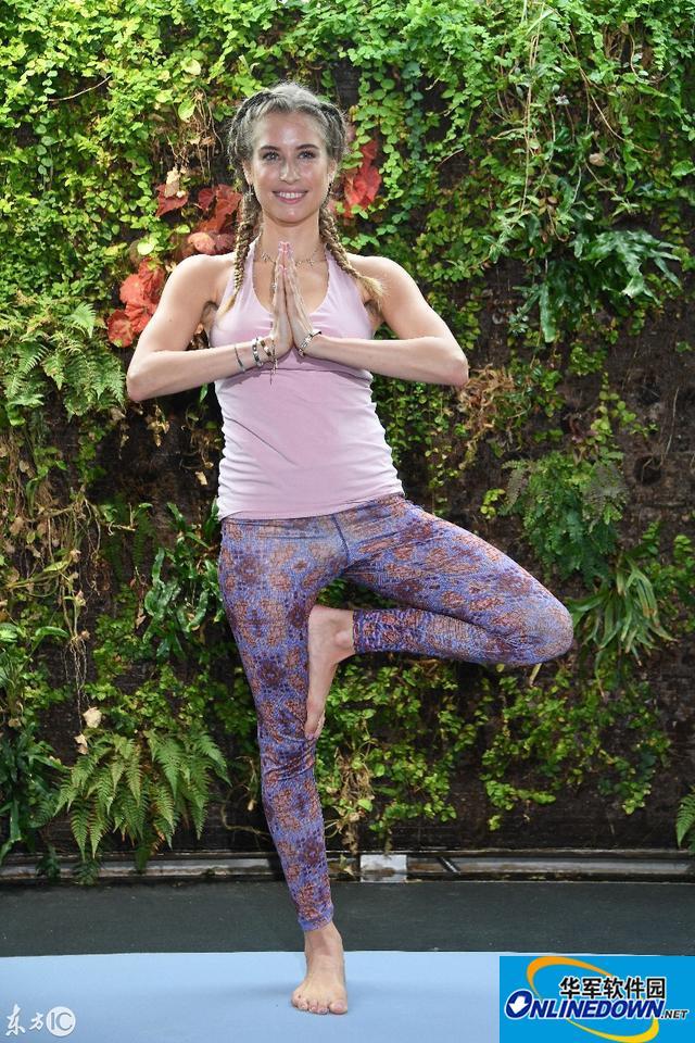 凯茜·胡梅尔斯出新瑜伽书,现场示范瑜伽动作展示妙曼身姿