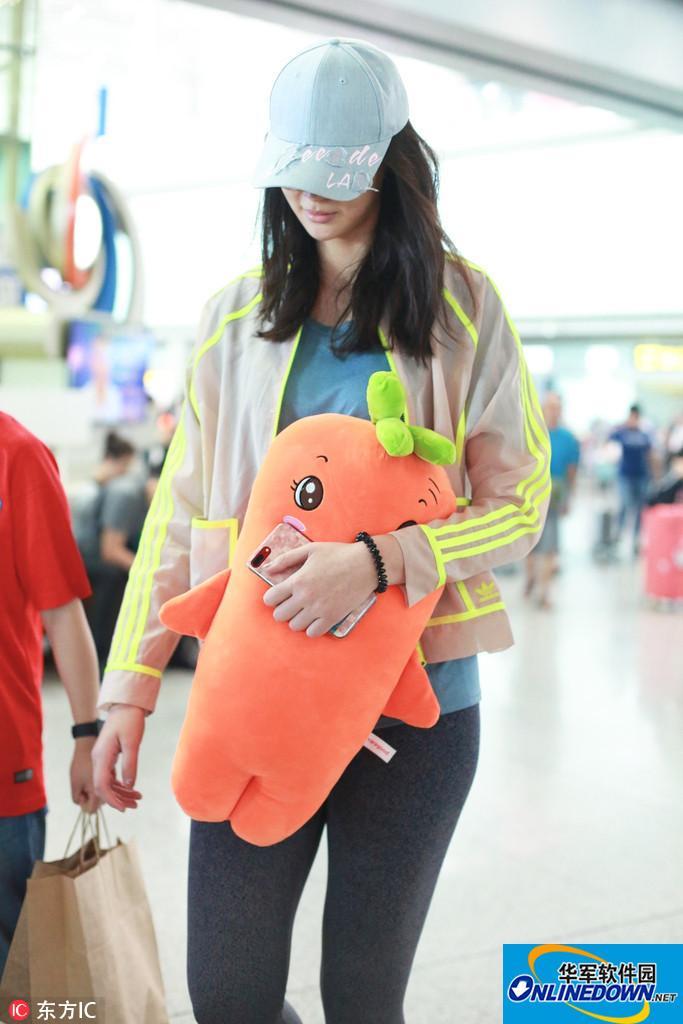 惠若琪现身北京机场 童心未泯怀抱可爱胡萝卜玩偶