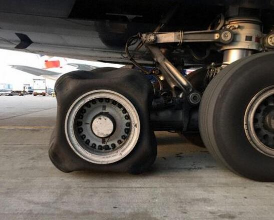 方形轮胎见过吗?这架英航客机太悲催