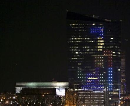 慶祝誕生30周年 摩天大廈玩俄羅斯方塊