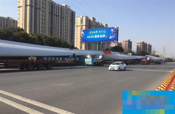 """这是史上最牛""""闯高速"""":载货长度达61米"""