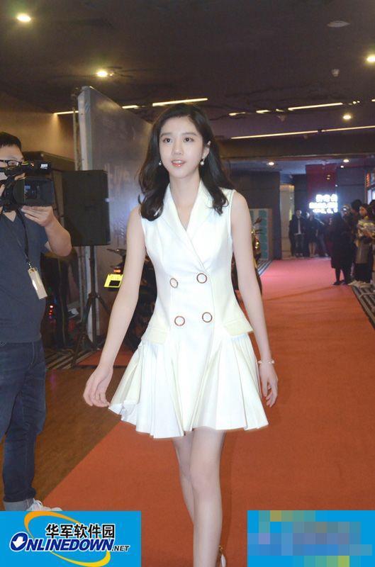 李凯馨现身《生化危机6》首映礼 大长腿尽显高挑气质
